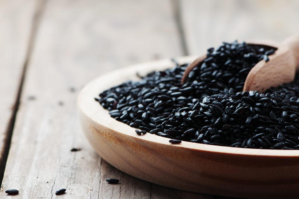 riso nero ciotola cucchiaio legno