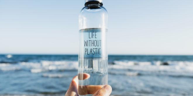 Acqua minerale: 10 cose da fare per dire stop alle bottiglie di plastica. Siamo i più grandi bevitori al mondo con 224 litri e 145 euro a famiglia