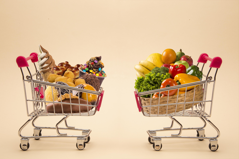carrello spesa cibo spazzatura junk food verdure frutta