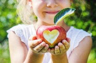 mele frutta cuore bambini bio educazione alimentare
