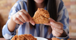 ragazza mangia piatto pollo fritto