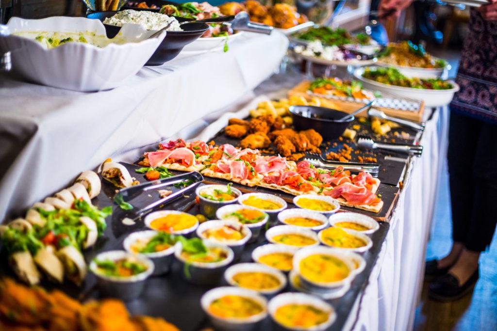 ristorazione collettiva piatti buffet hotel tovaglia aperitivo
