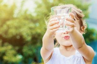 bambina acqua bicchiere