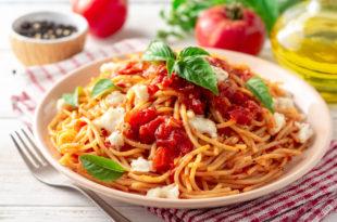 pasta pomodoro formaggio forchetta tovaglia