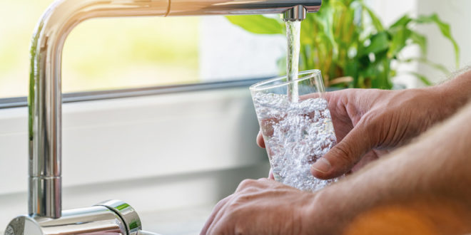Acqua del rubinetto e in bottiglia: differenze, sicurezza e conservazione. Le buone pratiche secondo l'Anses