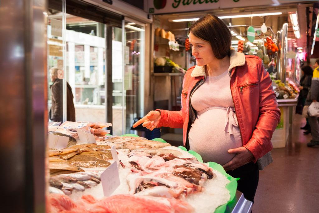 donna incinta gravidanza pesce pescheria
