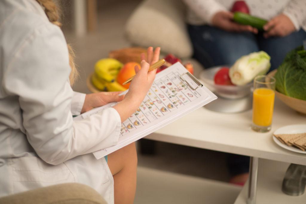 Nutritionist hard work with patient dieta abitudini alimentari nutrizionista dietista