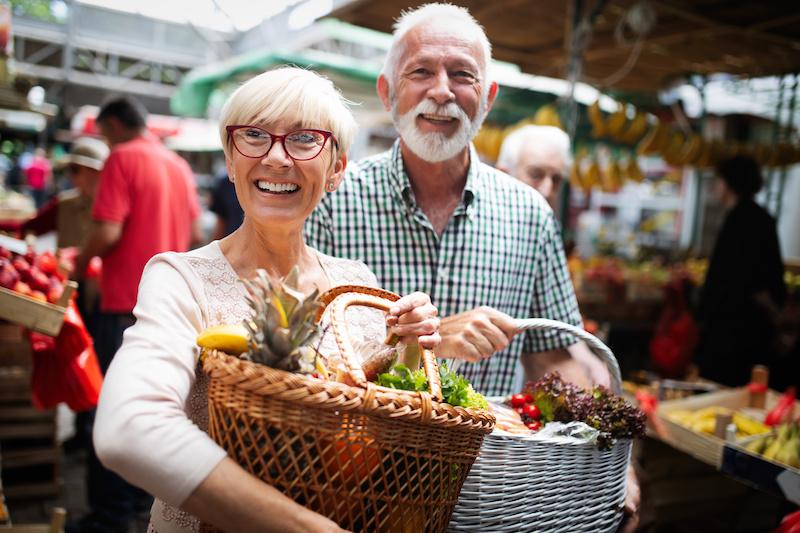 anziani, dieta, coppia anziani con spesa