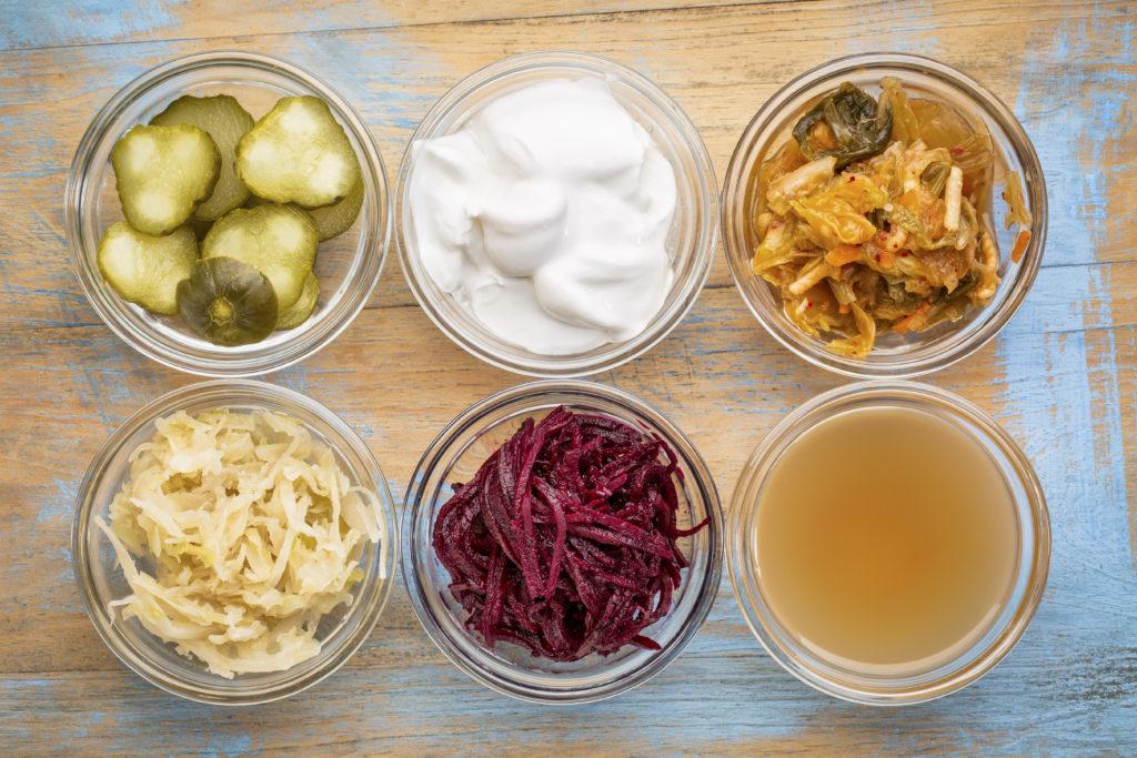 fermented food collection fermentazione alimenti fermentati in ciotole di vetro cetriolini yogurt cavolo crauti kombucha