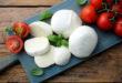 mozzarella prodotto tipico Italiano derivato dal latte con pomodori e basilico