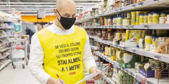 Coronavirus, le pettorine gialle di Coop Lombardia per ricordare ai clienti di tenere le distanze