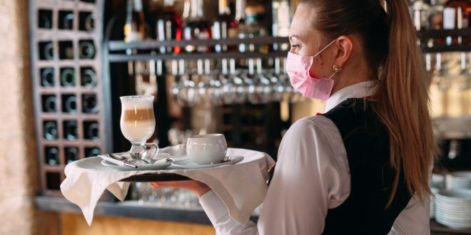 Le nuove regole per andare al ristorante: dai tavoli distanziati ai camerieri con mascherina, ecco le indicazioni per la ristorazione
