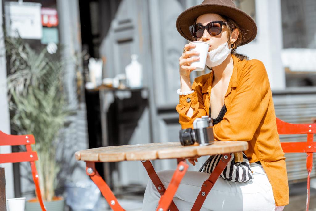 donna turista caffe bicchiere bar caffetteria mascherina coronavirus covid19 AdobeStock_347866624
