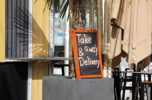 take & away delivery schild bei einem restaurant