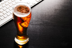 glass of lager beer on table birra alcol bicchiere computer