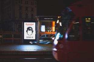 cartello coprifuoco quarantena covid-19 strada