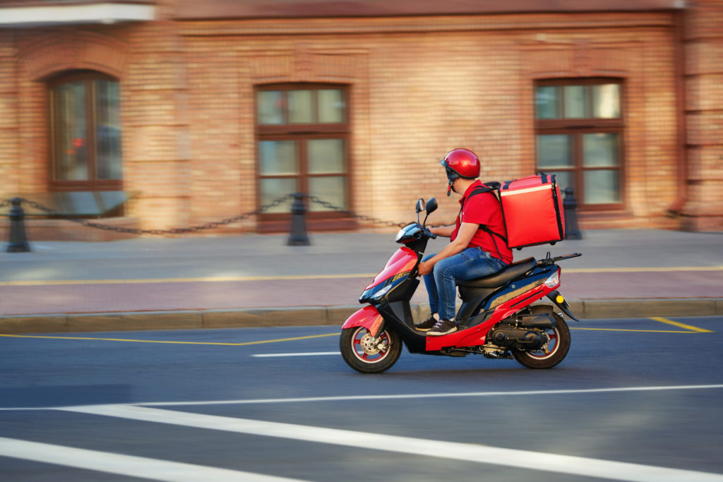 rider consegna a domicilio scooter food delivery