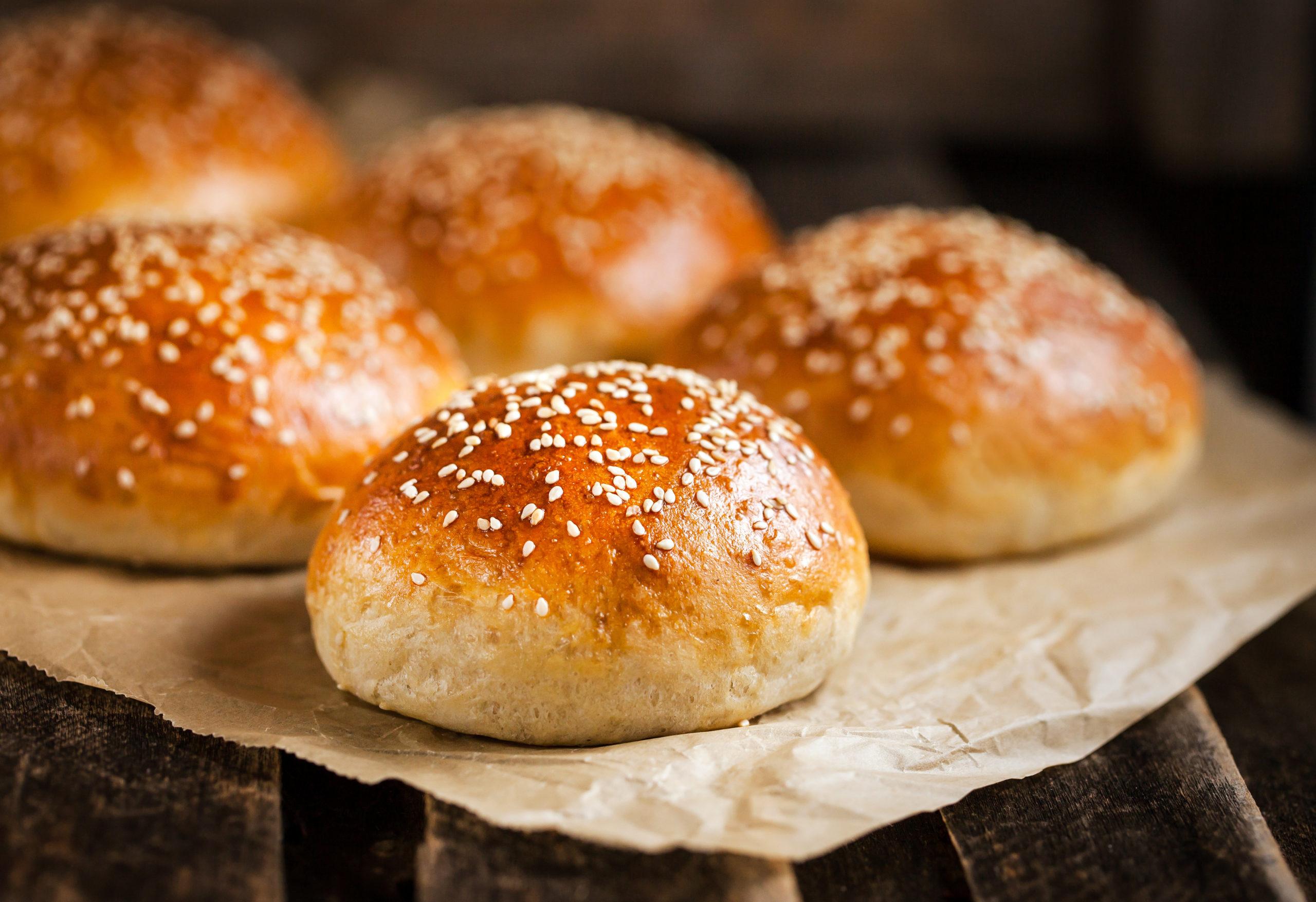 Ossido di etilene, Fresh homemade burger buns panini da hamburger con semi di sesamo su carta forno