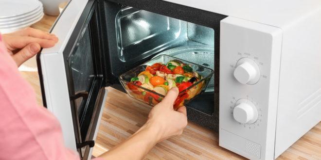 Il forno a microonde non danneggia il cibo e non causa tumori. Ecco cosa dice l'Istituto superiore di sanità