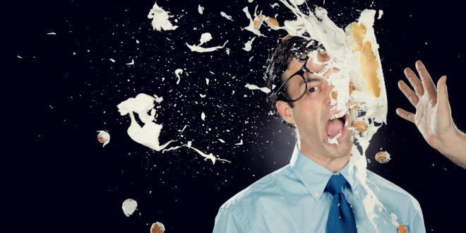Torte in faccia: un gesto nato come gag comica che diventa contestazione