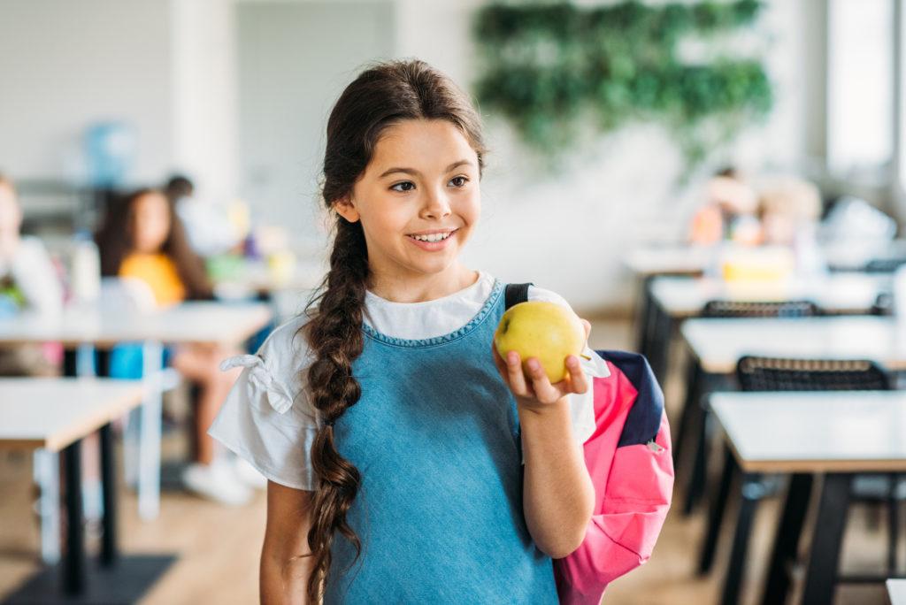mensa scolastica bambina studente mela frutta Depositphotos_207648764_l-2015