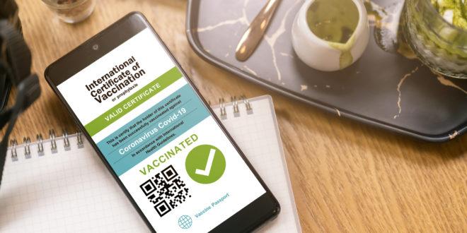 green pass su smartphone tavolo caffetteria vassoio tè