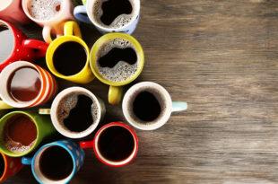 tazzine di caffè su tavolo di legno, a sinistra