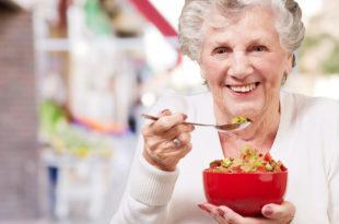 dieta, anziana che mangia una ciotola di cereali