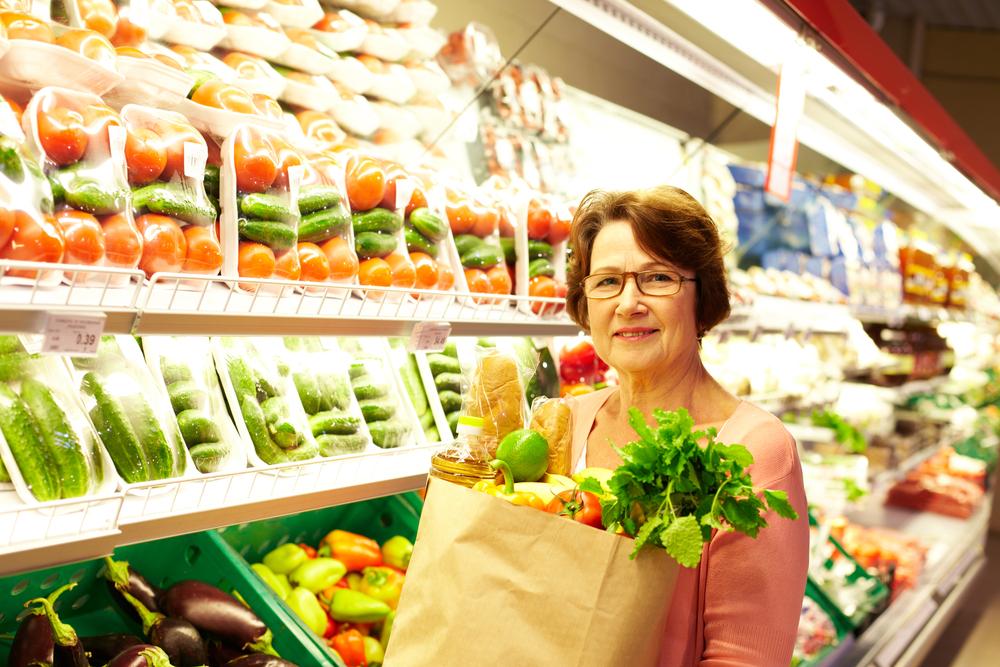 dieta, anziani, signora anziana con sacchetto di carta pieno di verdure e pane