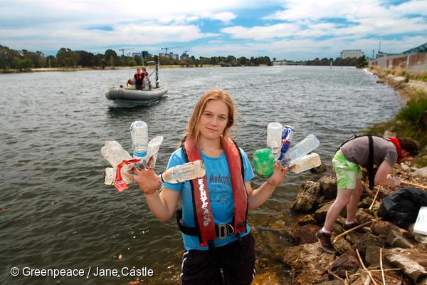 plastica, greenpeace ragazza con bottiglie