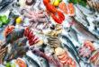 pesce e frutti di mare su ghiaccio
