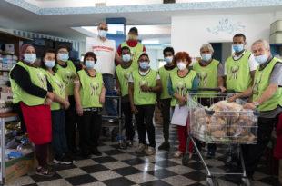 povertà alimentare, volontari associazione per la distribuzione di alimenti nell'hinterland milanese